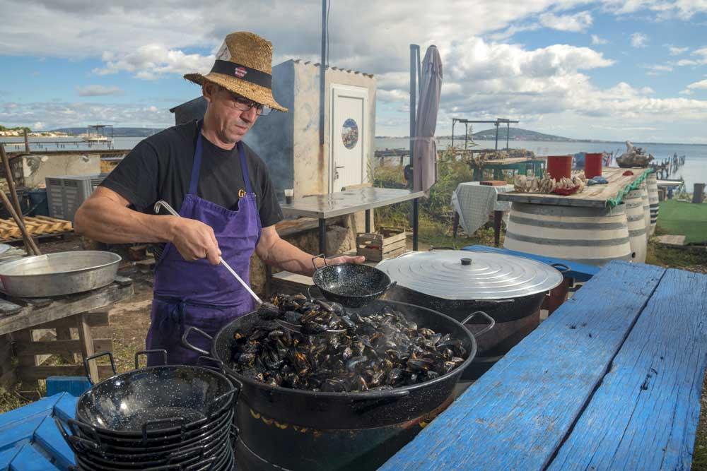 degustation-coquillage-restaurant-archipel-thau-huitres-moules - © JP Degas - OT Archipel de Thau Méditerranée