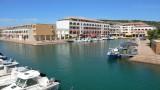 Port des Quilles et ses commodités, à 1,1 km de l'appartement